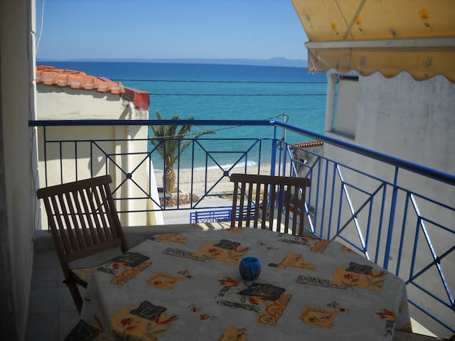 Flat on the beach with perfect view - Πολύχρονο - Lägenhet