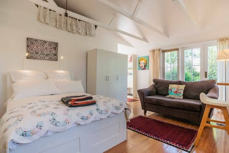 Quiet self contained Garden Studio - Canterbury - Cabaña