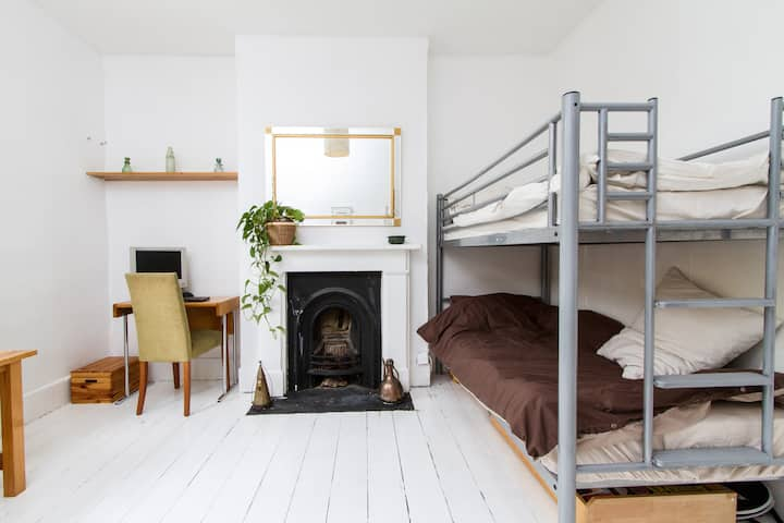 2 Separate Beds in Young, Bohemian Flatshare