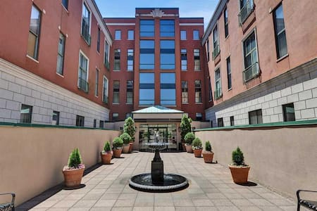 NYC in mins! Loft w/private en suite bath - Condominium