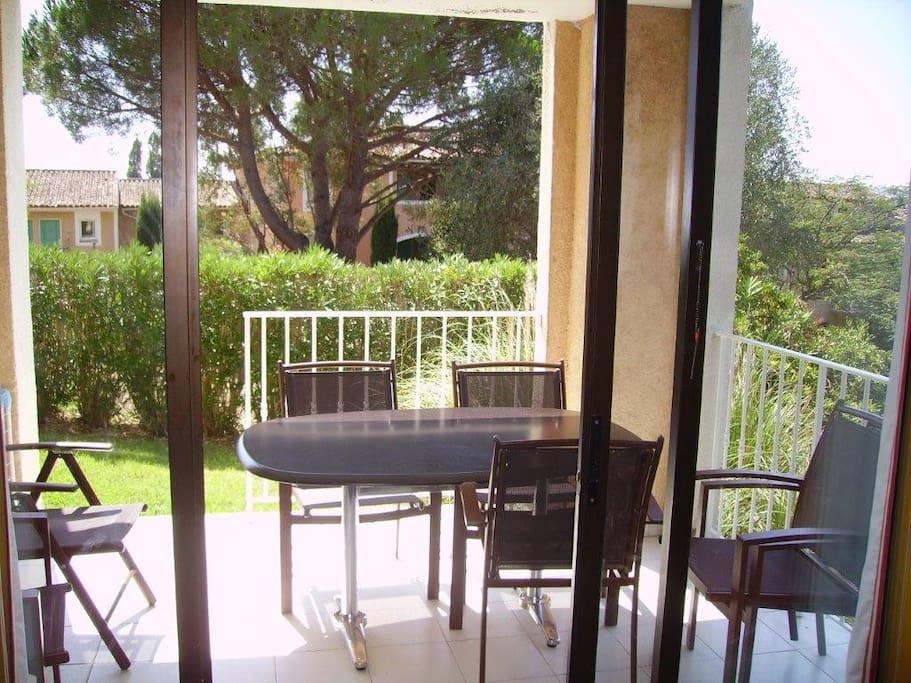 Terrasse avec jardinet privatif