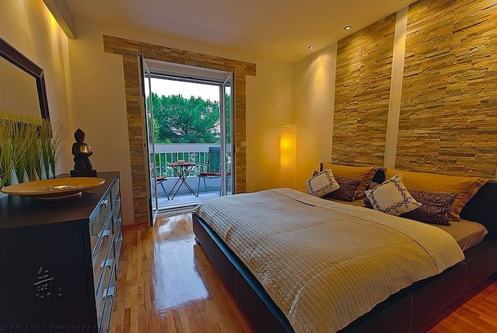 The GREEN ZEN ROOM - kingsize bedroom with south-west balcony