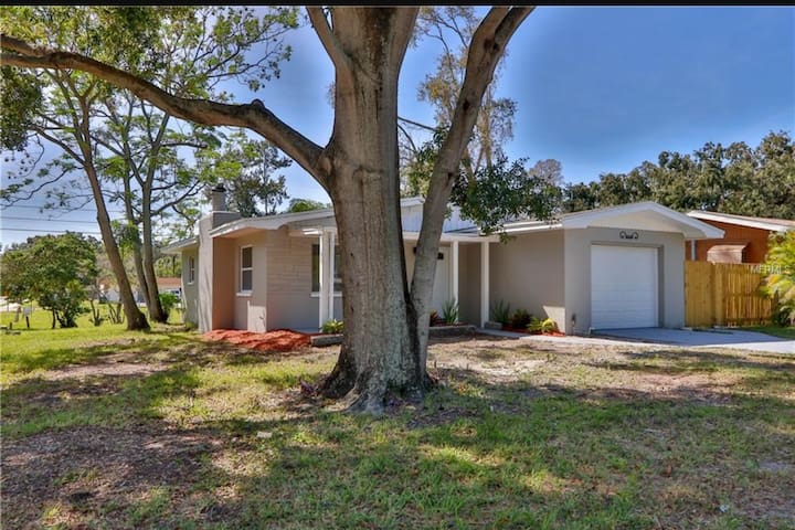 Beautiful renovated 2br home near Clearwater Beach