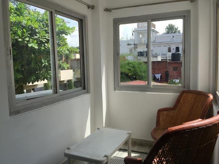 8 Bed AC Dorm Ensuite Bath @ goStops Udaipur