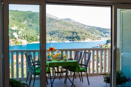 • Bellevue Apartment- sea view & parking