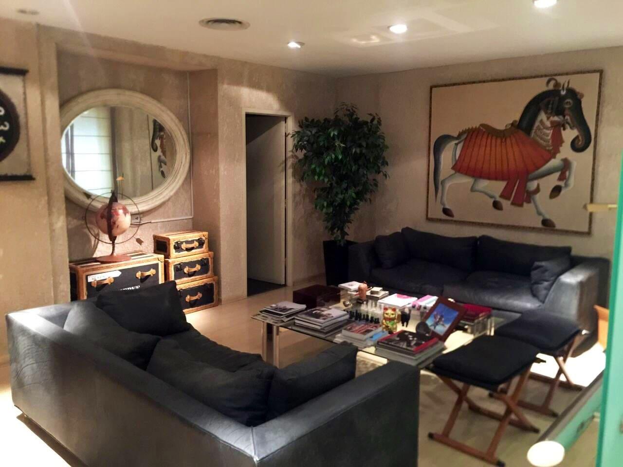 Espacioso y muy cómodo living con decoración moderna. Puede ser utilizada como recepción