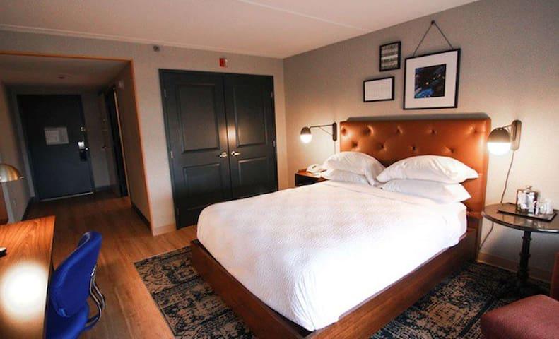 One King Bed W/ Breakfast & 24/7 Shuttle Service