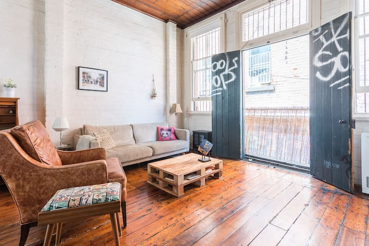 Bright + Spacious Master in Fitzroy Laneway