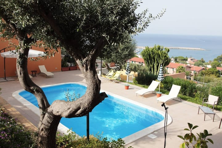 Villa with swimming pool overlooking the sea