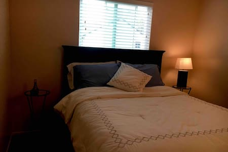 Comfy, commuter room w/shared bath in Willow Glen.