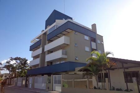 Apto de 2 dorm. menos de 150m praia de Bombas - Bombinhas - Apartamento