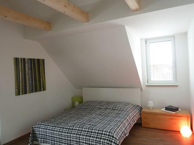 Schlafzimmer mit Doppelbett (und Galerie)...