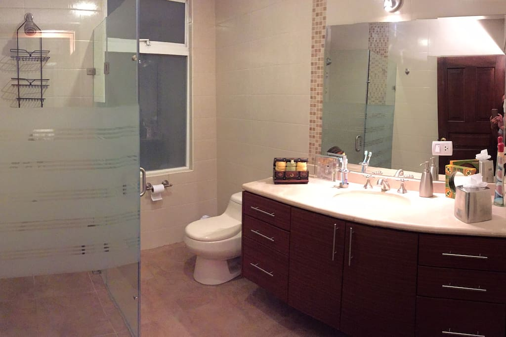 Baño moderno completo.
