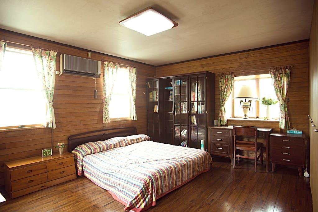 寝室:クイーンサイズベッド台、予備ベッド1台追加できます。 Big room with a queen size beds.