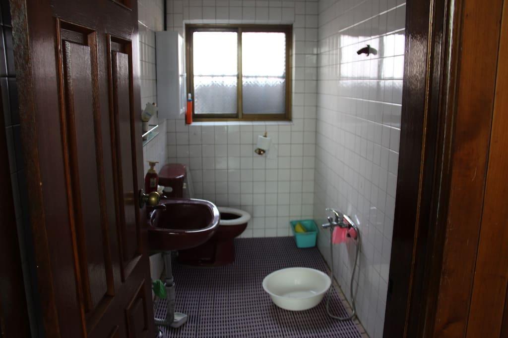2층 화장실겸 욕실. Bathroom and toilet