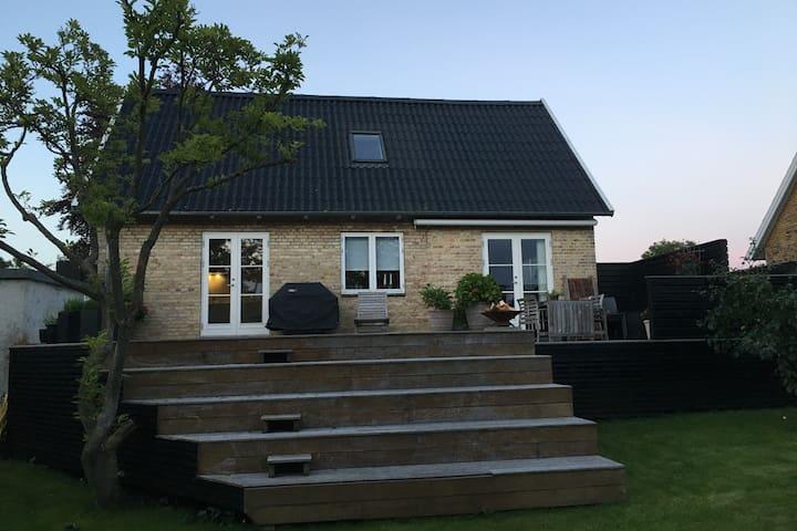 Familievilla i det sydlige Aarhus. Dejlig have. - Højbjerg - Casa