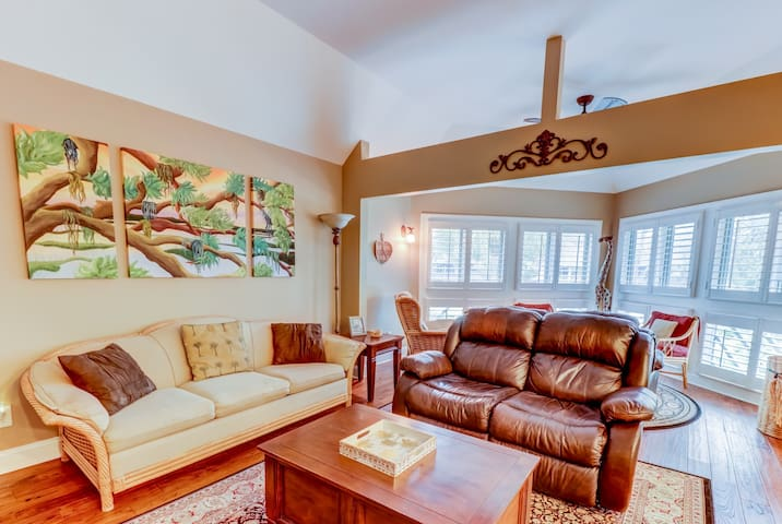 NEW LISTING! Deluxe condo close to golf courses, tennis courts, & the beach