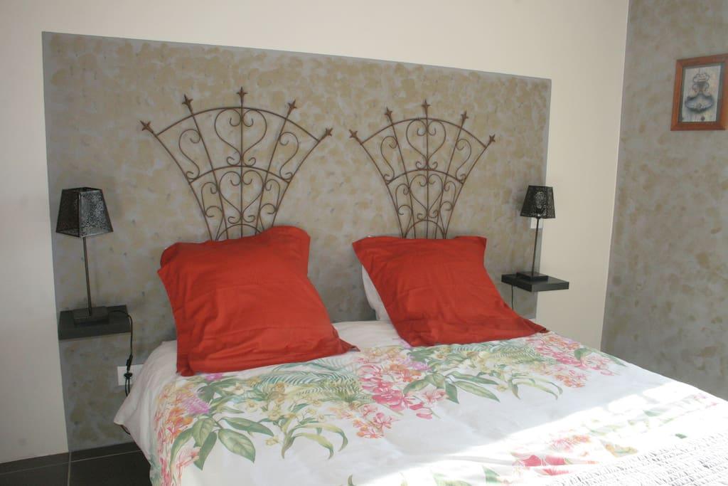 Chambre lit 160 de qualité, au rez de chaussée donnant sur terrasse, et à proximité de la salle de bain et des toilettes séparées