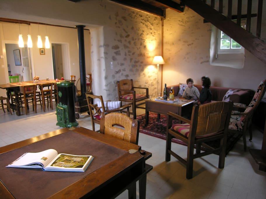 Salon spacieux restauré à l'ancienne