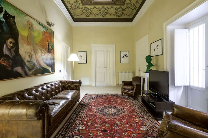 sala tv con soffitto affrescato