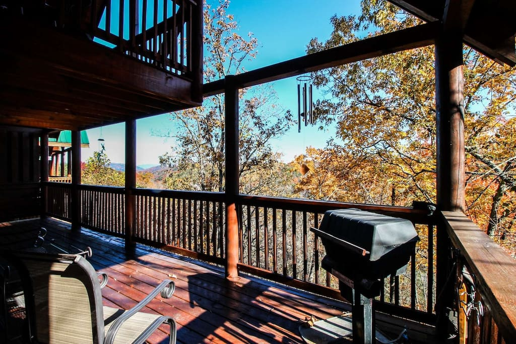 Balcony with Furniture - Enjoy the fresh mountain air and a cup of morning coffee while visiting Hummingbird Lodge or Have a Family Grill Night
