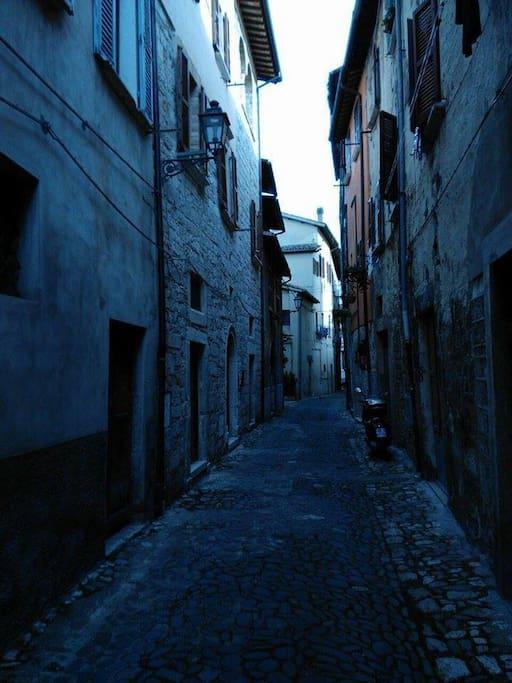 La rua (strada) ricca di storia dove si trova l'appartamento.