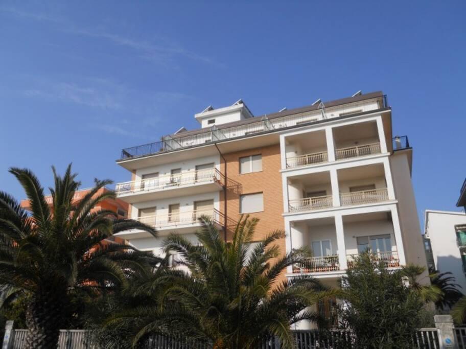 La palazzina fronte mare - The sea-sight building.