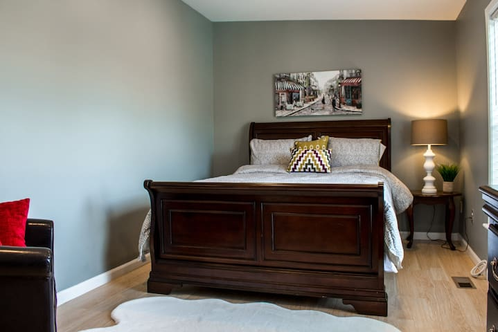 Master bedroom with queen size bed (sleeps 2), area rug and small couch