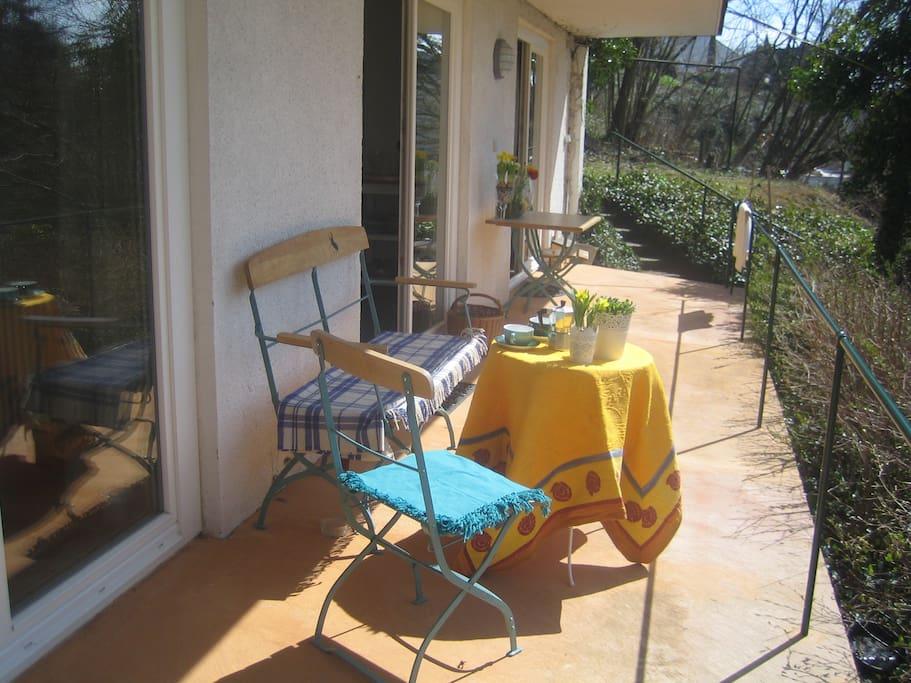 Eine große und sonnige Terrasse mit Seeblick gehört zu Ihrer Wohnung.