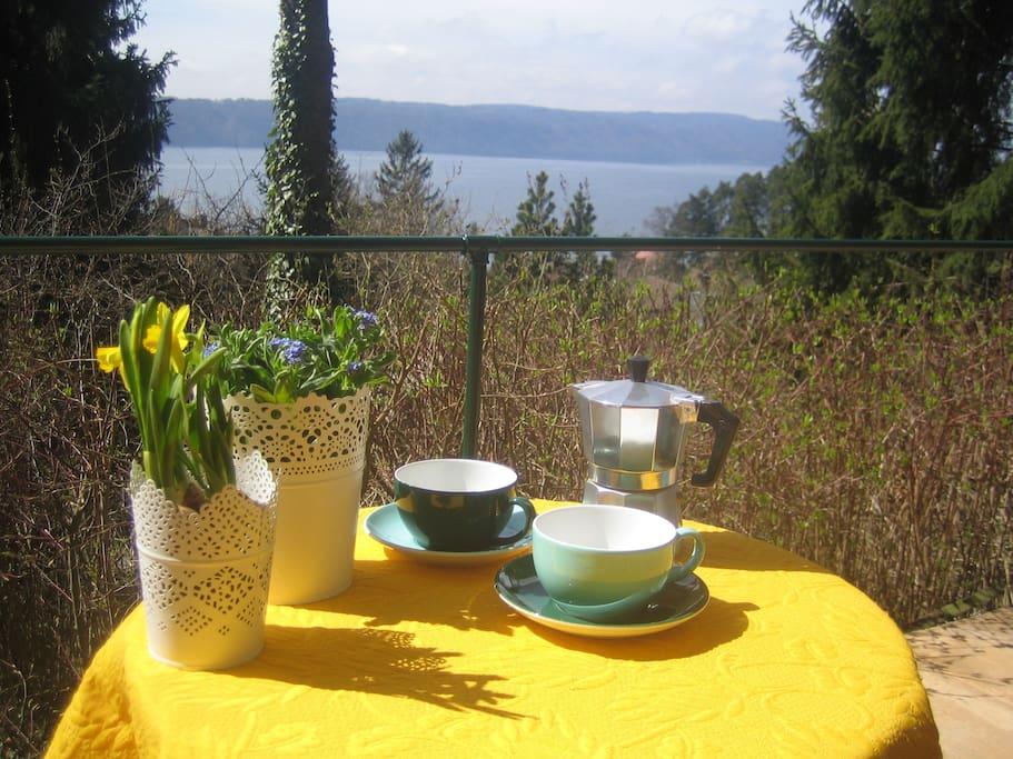 Kaffee mit Blick auf den See und das gegenüberliegende Ufer