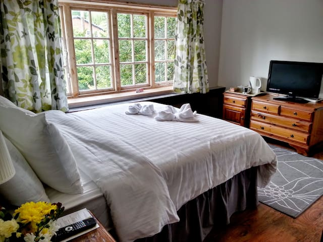 Room 3 at Rosemead Guest House - Claygate - Bed & Breakfast