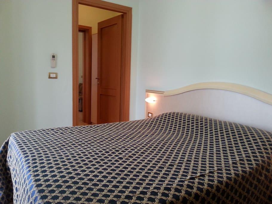 Camera matrimoniale + letto con spazioso balcone