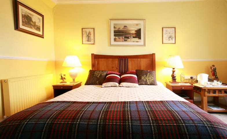 Cosy king size bed in 1811 Cottage. - Crieff - Pousada