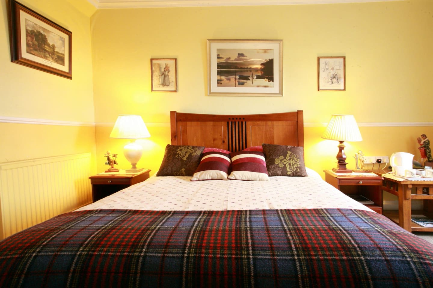 King-sized bed in our Rob Roy MacGregor ensuite room.