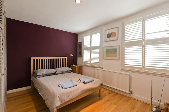 Sunny Double Room in arty Chiswick