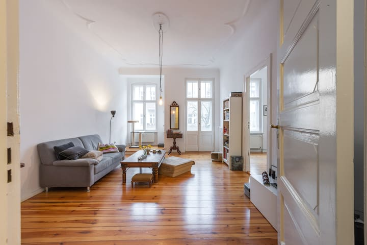 Catlovers paradise in huge Altbau-room