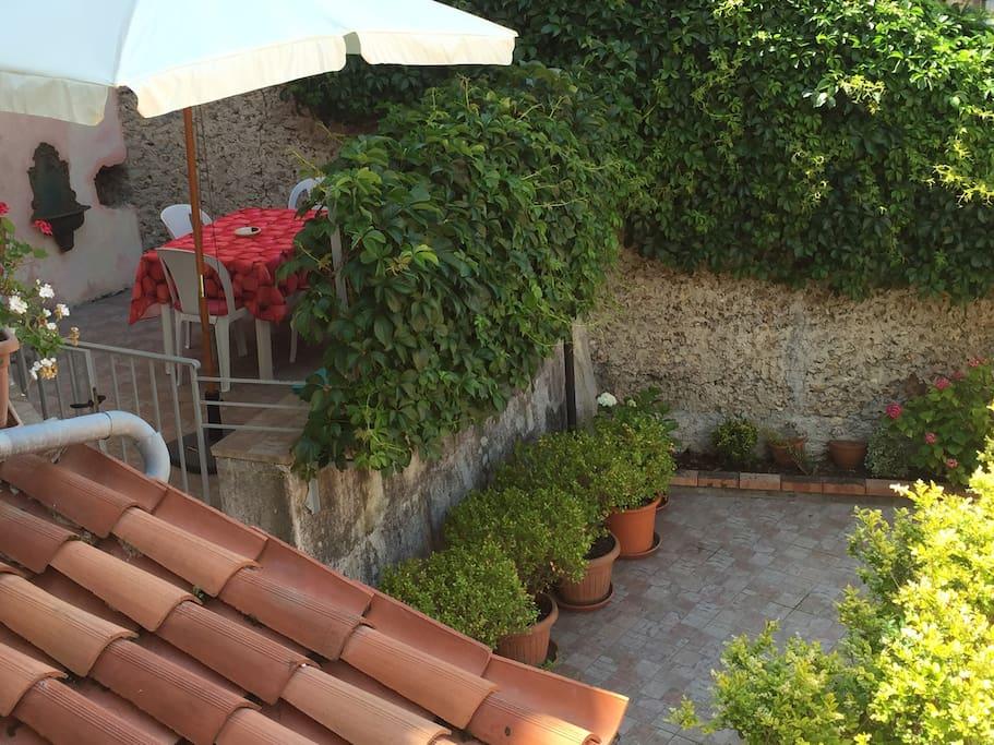 spazio esterno dove poter mangiare e rilassarsi - outdoor space where you can eat and relax