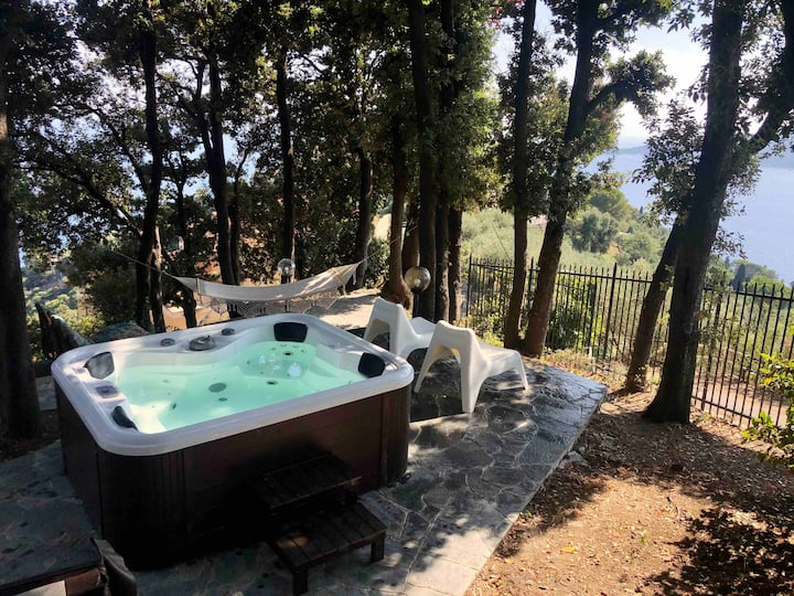 Villetta con idromassaggio  e giardino privato.