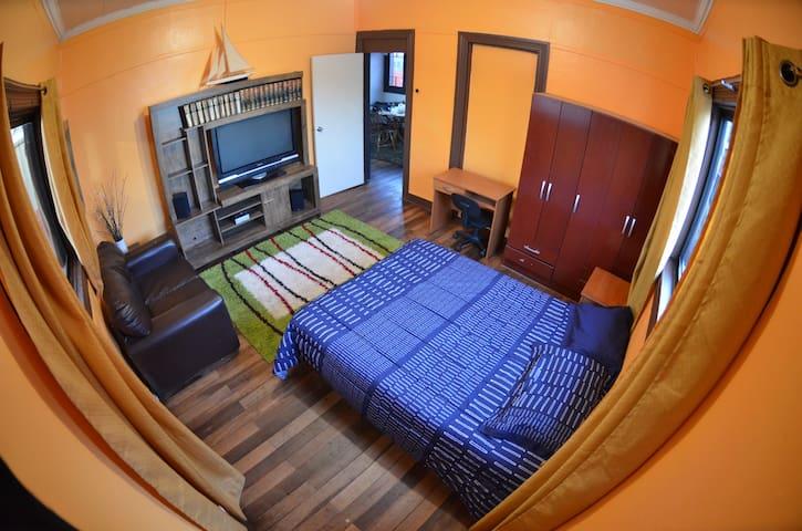 Amplia habitación junto al Mar. Todo cerca de casa