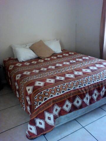 Quiet double room in Umhlanga close to amenities.