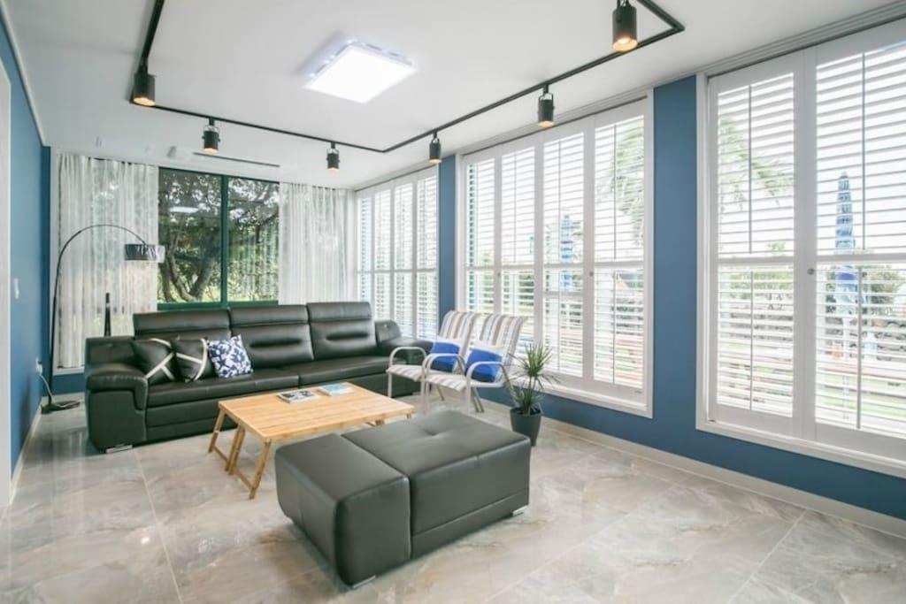 living room: 통유리창 가득 초록빛 에너지로 가득한 거실.