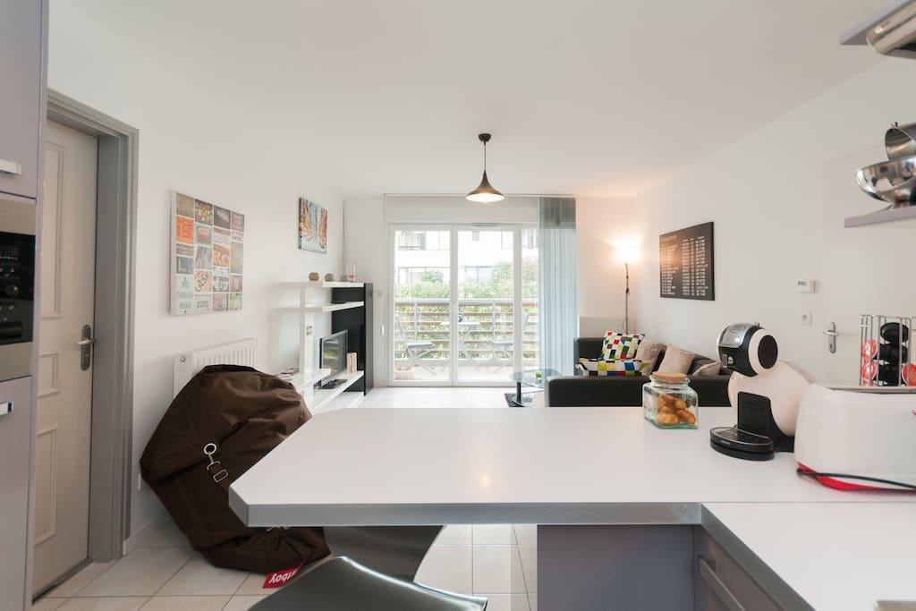La pièce de vie de cet appartement vous propose une jolie cuisine ouverte sur le coin salon.