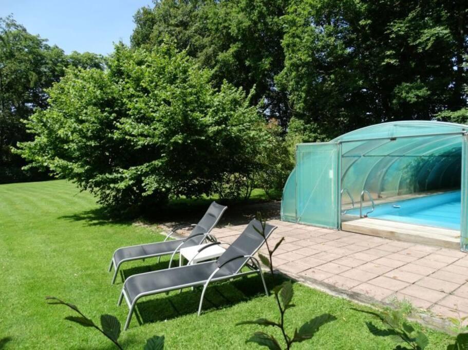 Overdekt verwarmd zwembad in de zomer