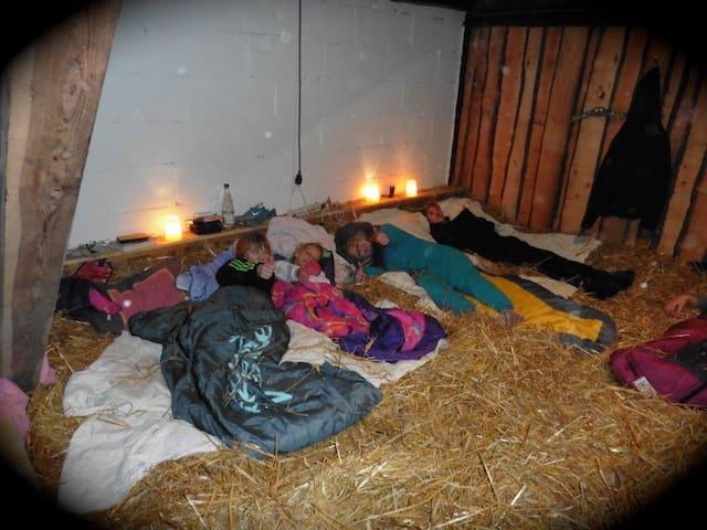 Schlafen im Stroh in der Scheune