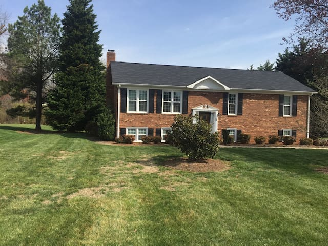 Charming family style home - Kernersville - House