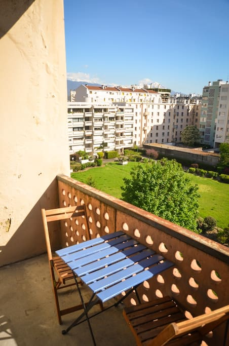 Le balcon privatif (accès directement depuis la chambre) et vue sur les montagnes (Vercors & Taillefer/Belledone).