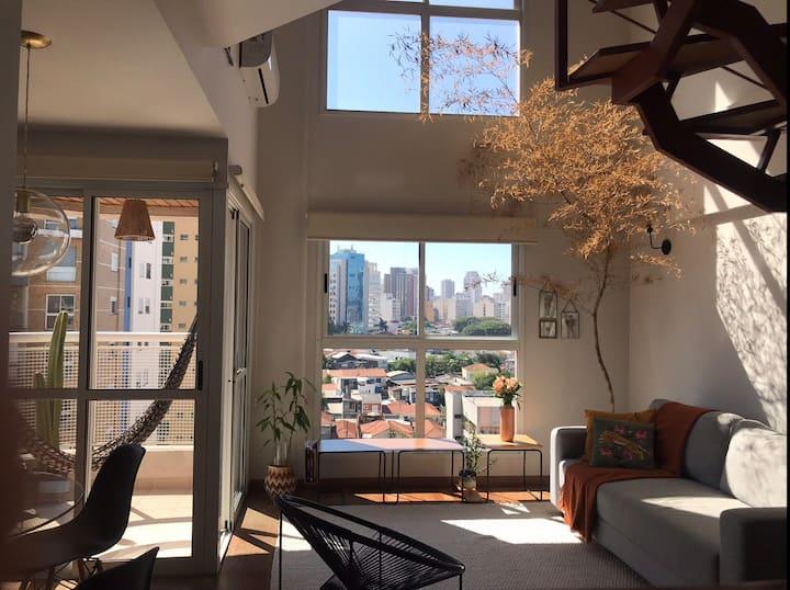 Duplex super iluminado em rua calma de Pinheiros