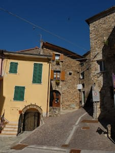 historical house in medieval village - Bolano - Casa