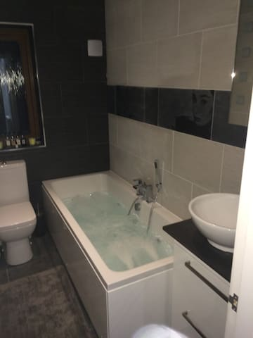 En-suite room in detached house - Middleton