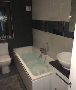 En-suite room in detached house - Middleton - Hus